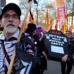 Despres dels sindicats, un grup manifesta el dol per els drets perduts.