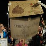 Els últims arriben ja de nit al final de la manifestació.